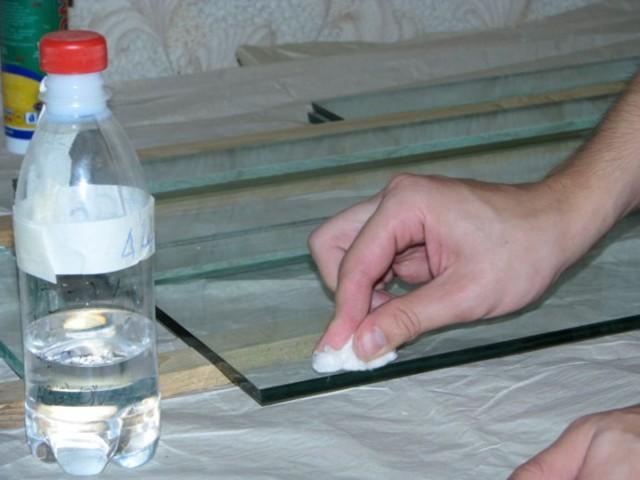 Чем отмыть скотч от стекла или зеркала и как убрать следы клея?