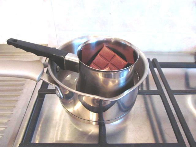 Как растопить шоколад в микроволновке, на водяной бане для торта или фондю: простые секреты кондитерского мастерства