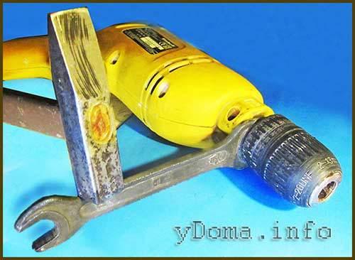 Как открутить дрель без ключа и закрутить патрон на дрели подручными инструментами