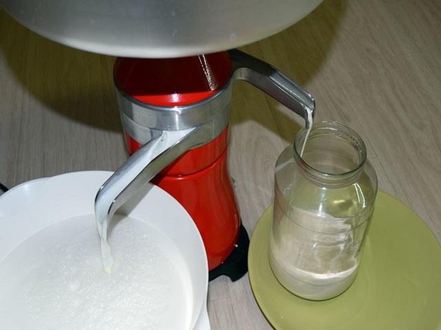 Как отделить сливки от молока без приспособлений и сепаратора: простой способ