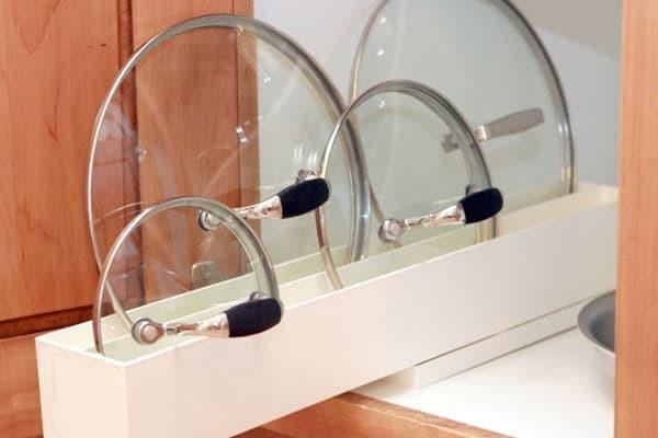 Идеи для хранения крышек от кастрюль и сковородок на кухне: своими руками создаем удобный органайзер