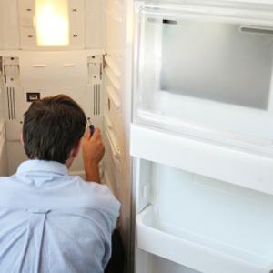 Почему течет холодильник - причина и что делать?