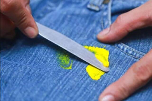 Как отстирать лизуна с одежды, волос, ковра, дивана и пледа в – быстро и просто