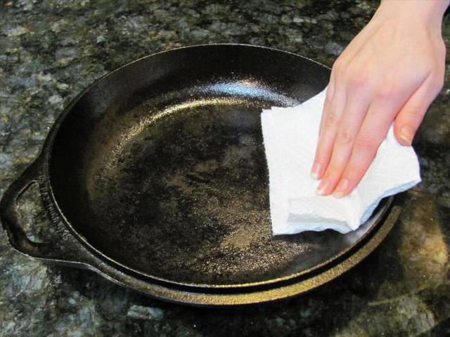 Как очистить чугунную сковородку от многолетнего нагара самостоятельно?