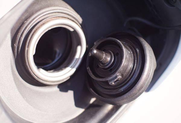 Запах бензина в салоне автомобиля: причины, способы устранения, чем опасно