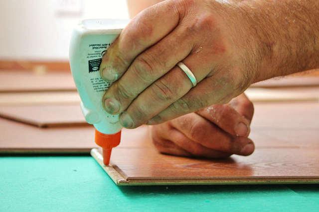 Чем оттереть супер клей с рук, одежды, поверхности из пластика?