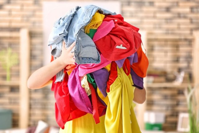 Покрасились вещи при стирке – что делать и как спасти одежду?