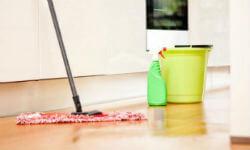 Можно ли мыть пол старой одеждой: приметы, эффективность, недостатки