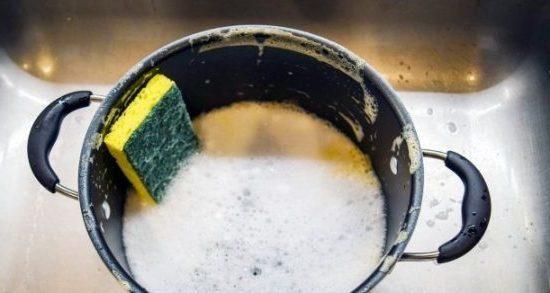 Чем и как отмыть пригоревшую кастрюлю без химии?