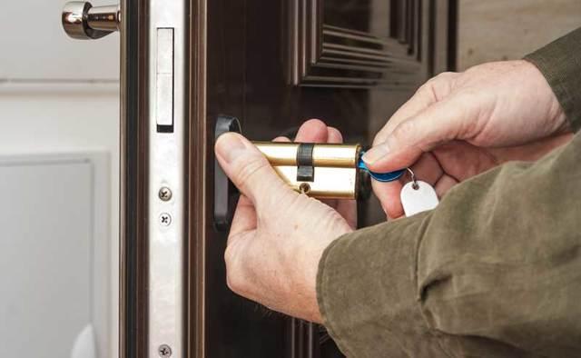 Как вынуть личинку из замка и двери без ключа: межкомнатных, стальных, дверей автомобиля, замка зажигания