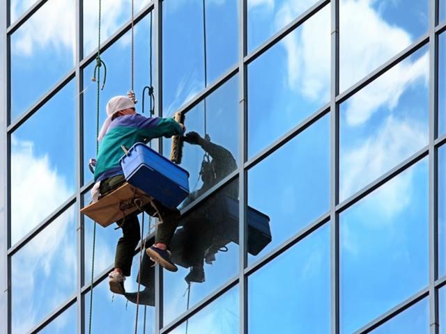 Как мыть окна на высоких этажах: специальные приспособления для безопасного мытья