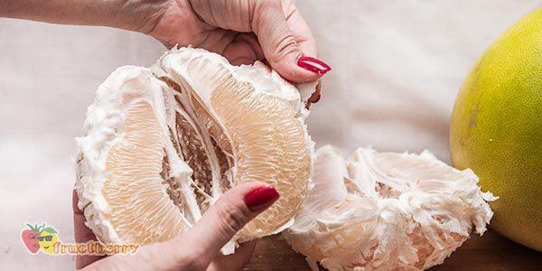Как чистить помело и правильно добывать сочную мякоть?