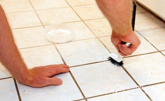 Как избавиться от грязи и плесени в швах между плиткой с помощью парафиновой свечи