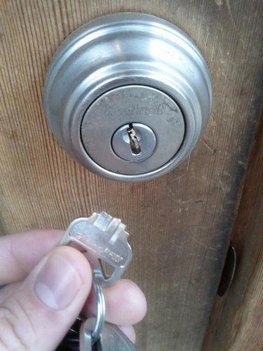 Застрял ключ в замке: почему это произошло и что делать?