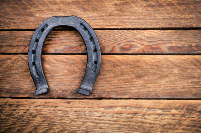 Как правильно вешать подкову над дверью — традиции предков и современные заблуждения