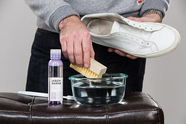 Как отстирать белые тканевые и кожаные кроссовки: ручной и машинный способы