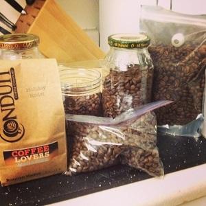 Как хранить кофе в зернах: упаковка, температура, влажность