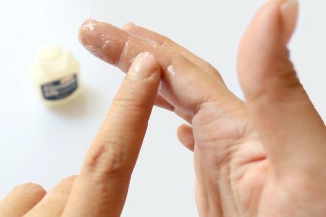 Чем смыть супер клей с рук: пять эффективных средств