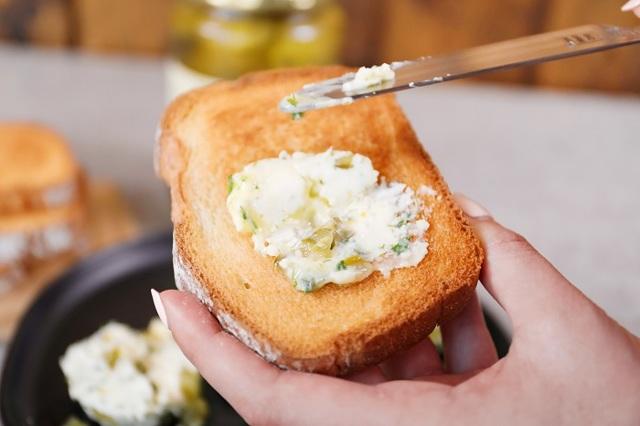 Почему не нужно выливать огуречный рассол: варианты его использования в кулинарии и в быту