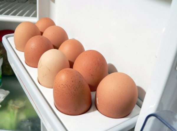Можно ли хранить мытые яйца в холодильнике: объясняем научно